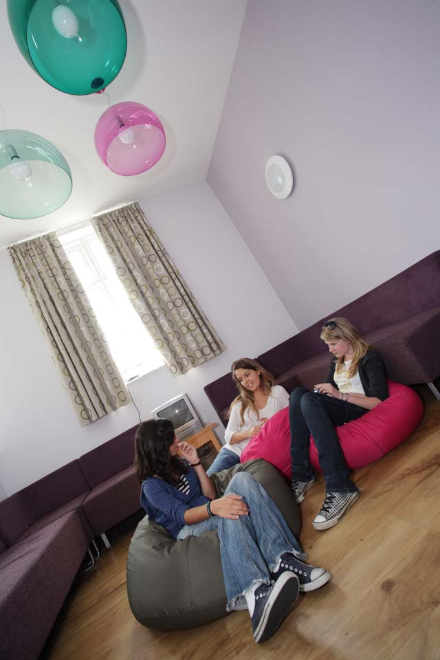Общая комната отдыха в резиденции при Bell Group, The Leys School (Cambridge)