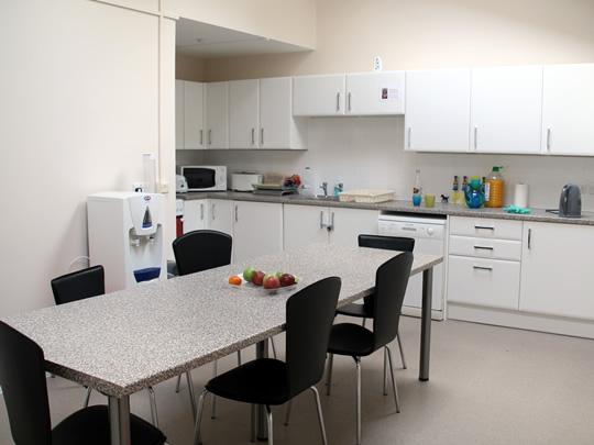 Кухня в резиденции, где проживают дети младшего возраста