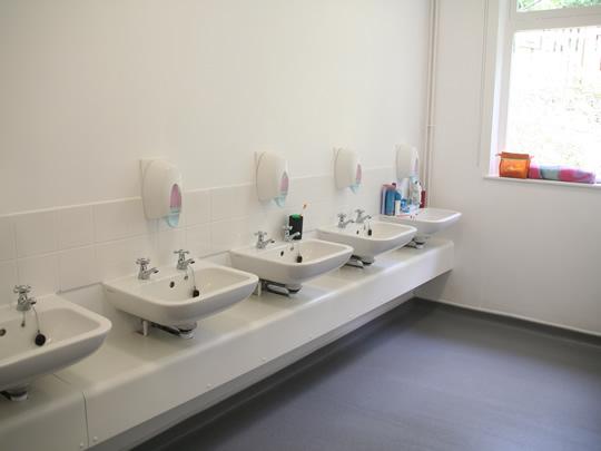Ванная комната в резиденции для детей младшего возраста