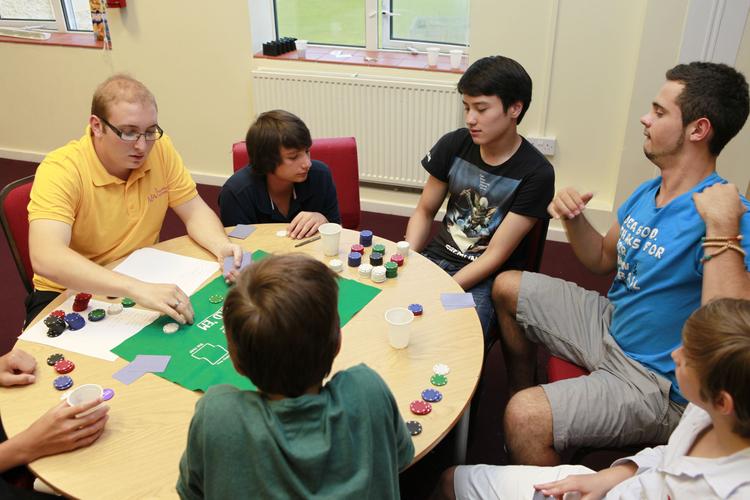 Игра в покер в общей комнате Embassy Academy Roedean