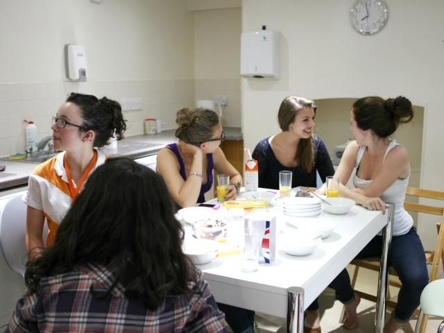 Студенты EC, Cambridge на обеде в резиденции