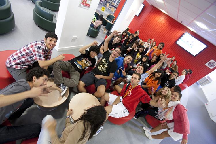 Студенты общаются в холле школы