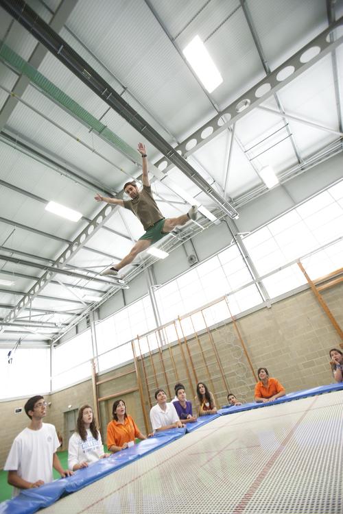 Прыжки на батуте в спортивном зале школы Bedford