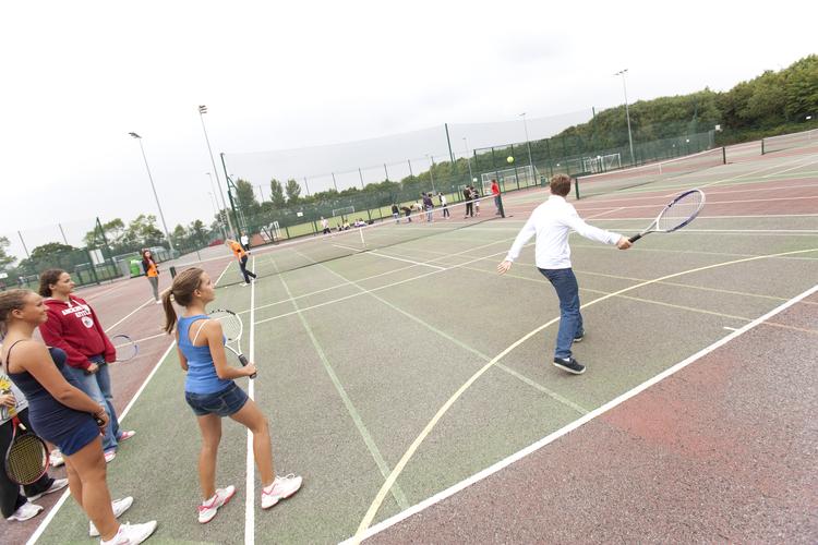 Школа Embassy Canterbury имеет отличные корты для занятий теннисом
