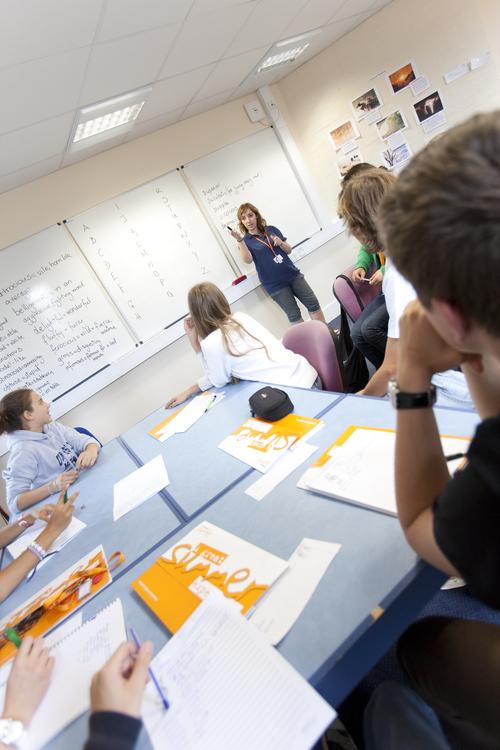 Во время занятий по английскому языку в Embassy Academy Warminster