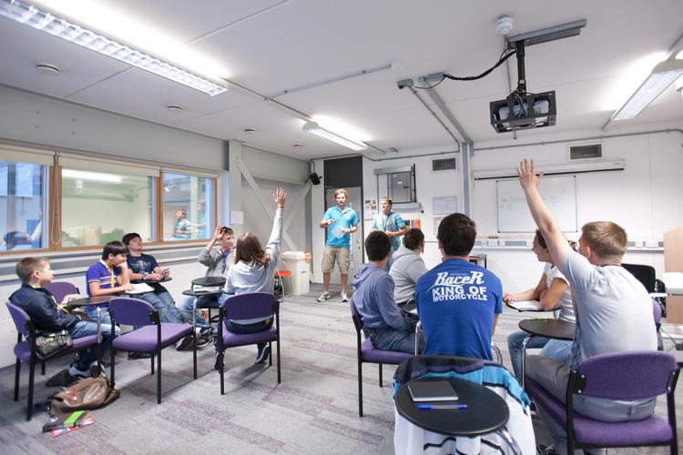 Студенты на уроках английского языка в школе Embassy Summer, London Docklands