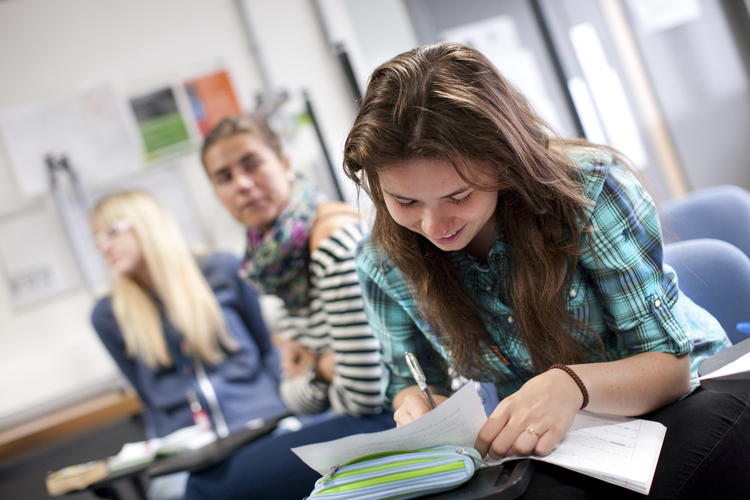 Студенты на занятии в школе Embassy Summer, London Docklands