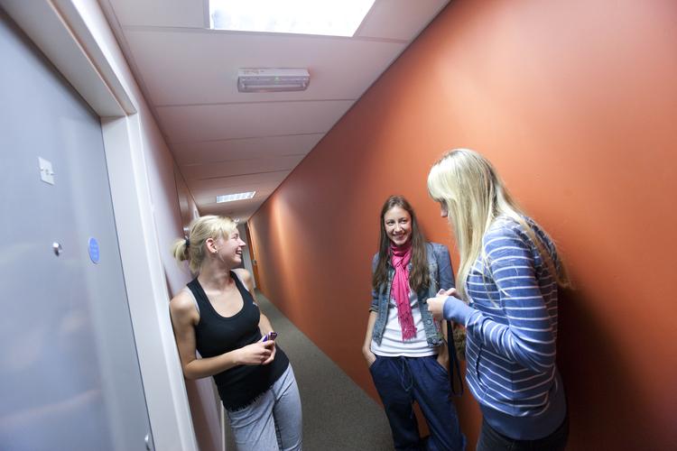 Студенты общаются в холле резиденции при Embassy Summer, London Docklands