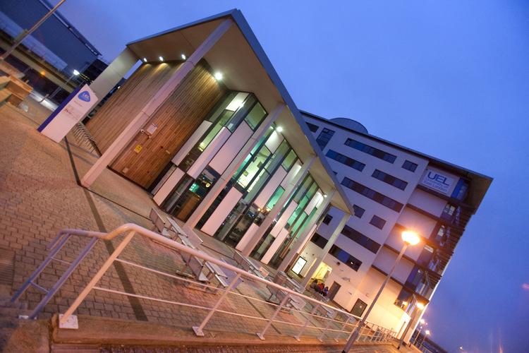 Здание школыEmbassy Summer, London Docklands в вечернее время
