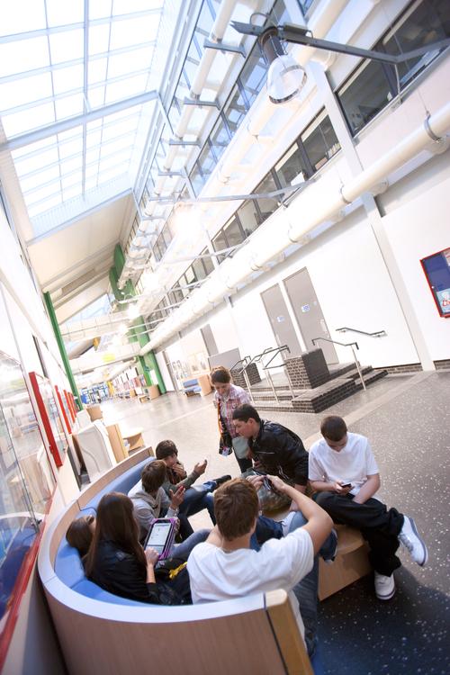 Студенты в холле школы Embassy Summer, London Docklands во время перерыва между занятиями
