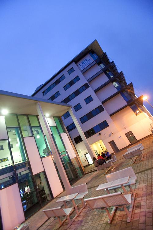 Здание школы Embassy Summer, London Docklands в вечернее время