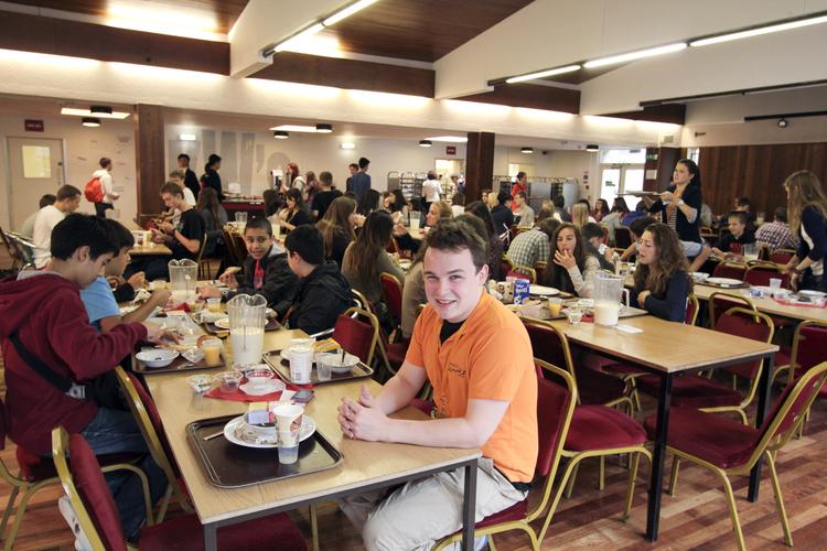 Студенты во время обеда в школьной столовой