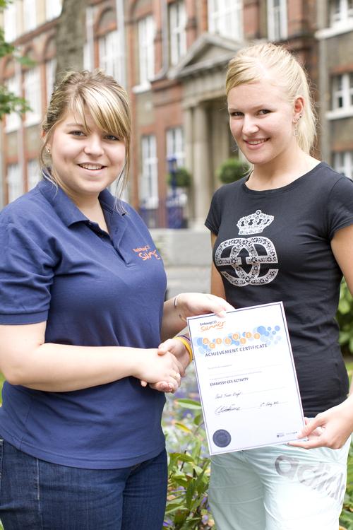 Студентка получила сертификат о прохождении курса