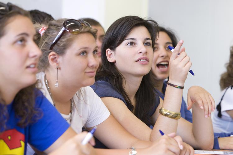 Студенты во время занятий по английскому языку в Embassy Summer Schools, London – Mile End