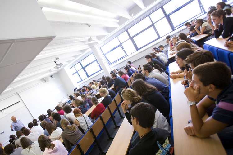 Студенты во время занятий по английскому языку в школе Embassy Summer Schools, London – Mile End