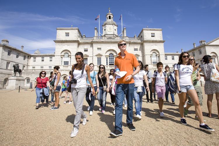 Студенты во время парада конной гвардии