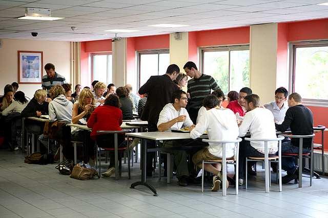 Студенты в кафе ESC Rennes School of Business