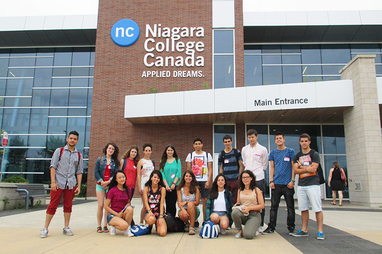 Студенты на фоне Niagara College