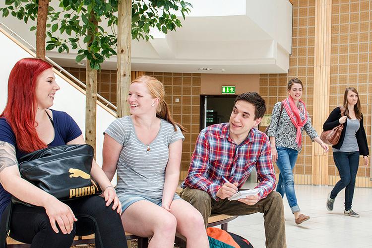 Студенты в фойе Brandenburg University of Technology