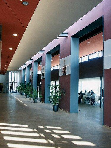 Холл нового кампуса Университета прикладных наук города Висмар: технологии, бизнес и дизайн