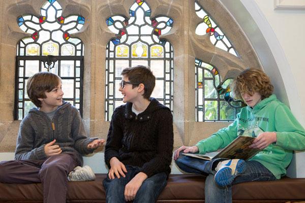 Студенты Bell Group, St Albans на перерыве