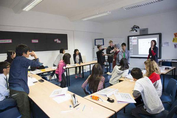 Студенты Bell Group, St Albans дискуссируют во время занятий по английскому языку