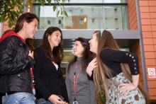 Студенты возле кампуса Bellerbys College