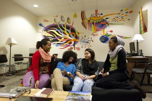 Студенты в зоне отдыха в University of Manitoba