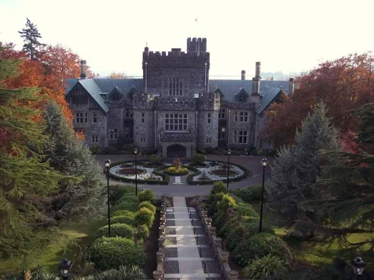 Вид на  главный кампус Royal Roads University