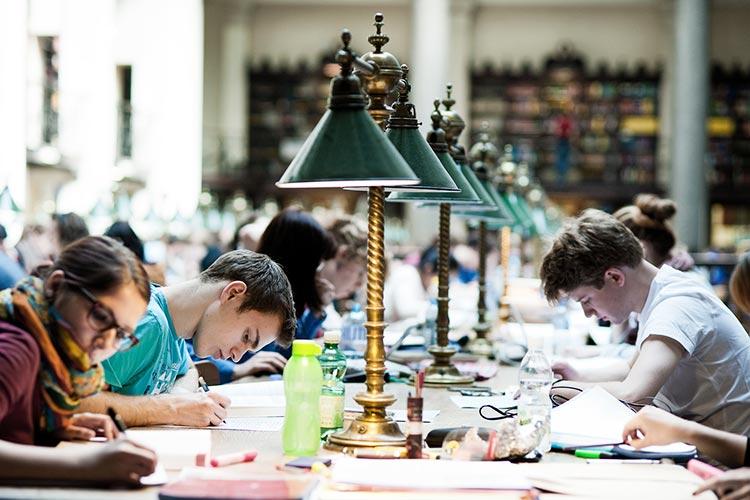 Студенты в библиотеке Universität Wien