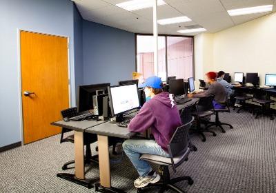 Компьютерный класс Embassy English&Pathways, Los Angeles Long Beach