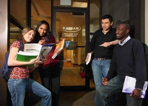 Студенты у входа в Kaplan, Philadelphia
