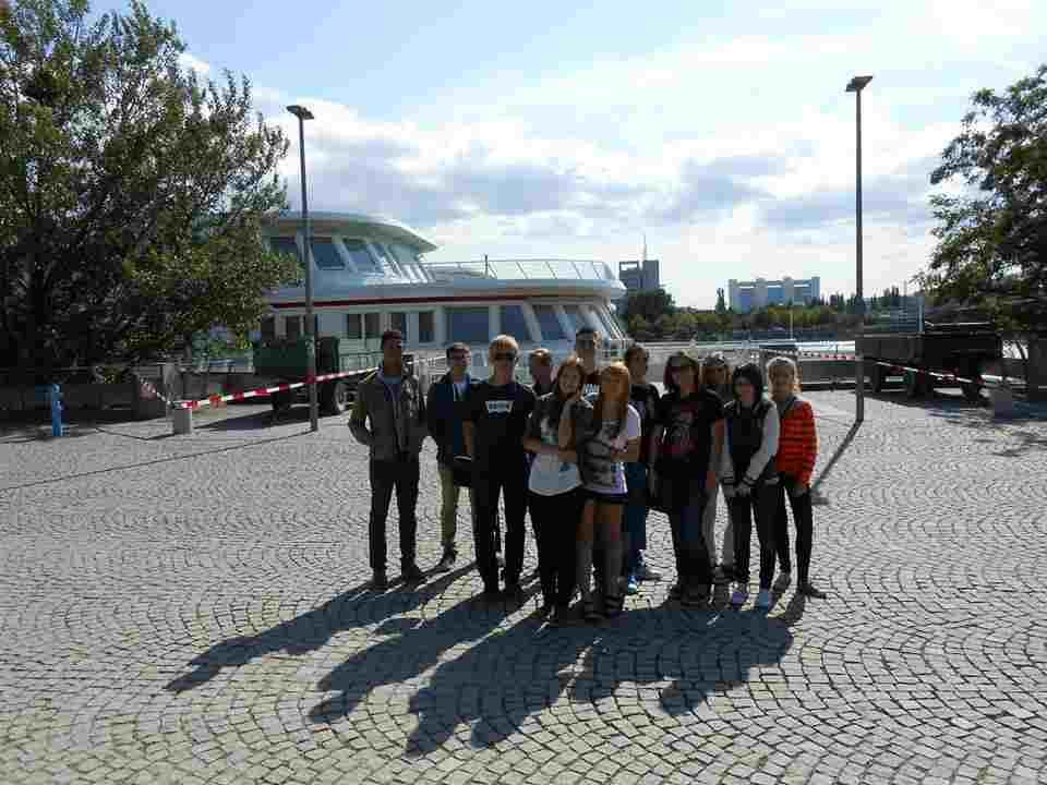 Студенты возле Humboldt-Institut, Vienna