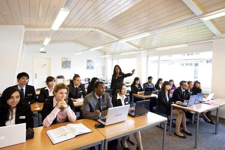 Студенты во время обучения, César Ritz Colleges