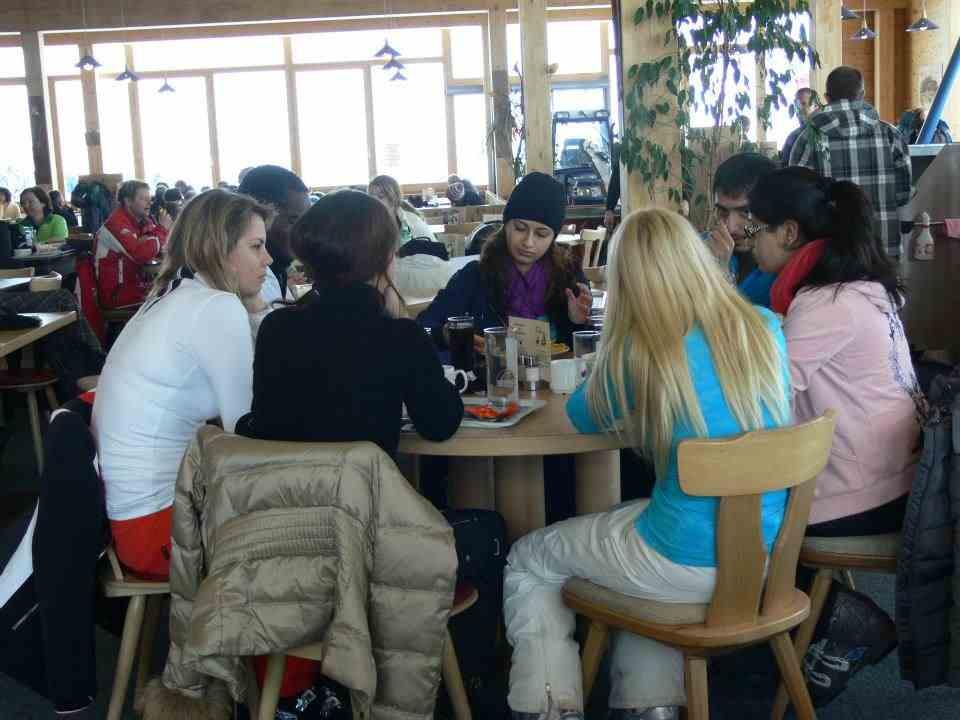 Студенты во время обеда, International University in Geneva