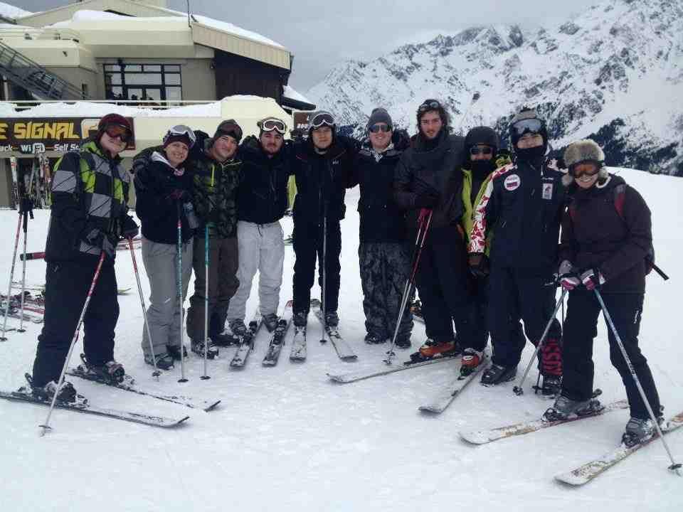 Студенты на катаниях на лыжах, International University in Geneva