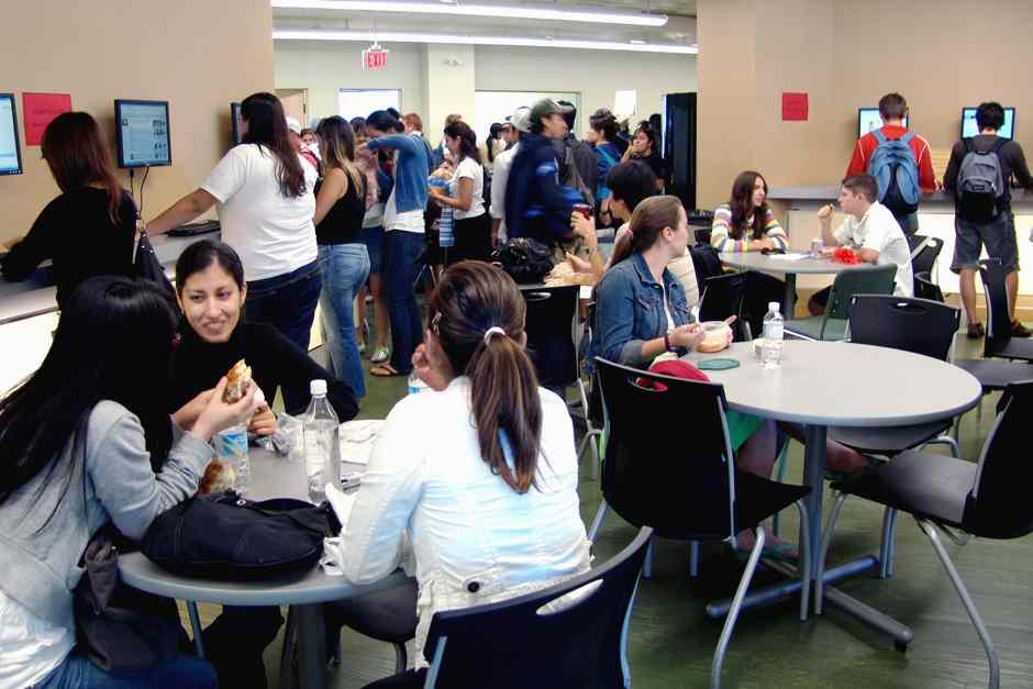 Студенты в кафетерии ILSC, Toronto