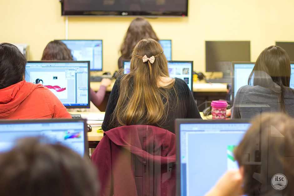 Студенты в компьютерном классе ILSC, Vancouver