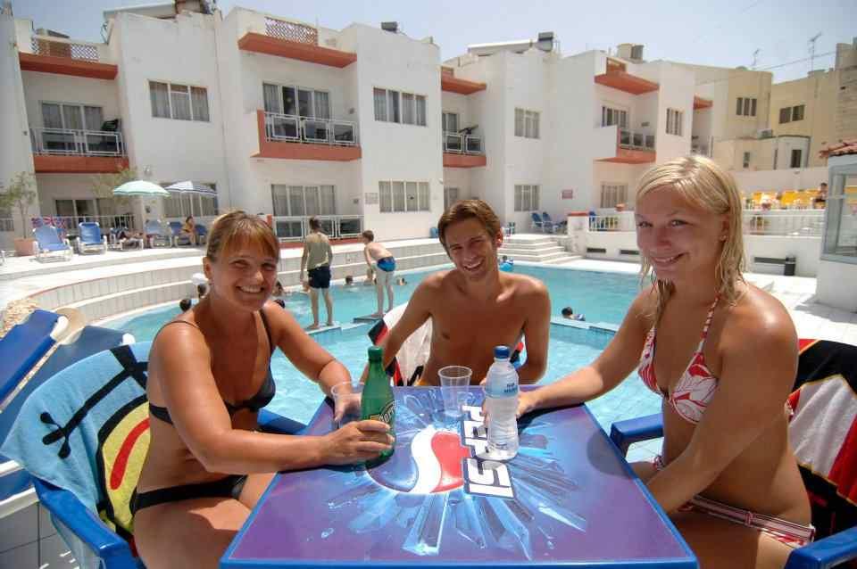 Студенты возле бассейна Clubclass, Malta