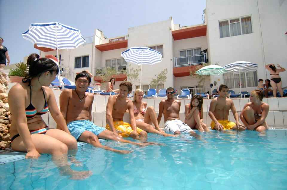 Студенты в бассейне Clubclass, Malta
