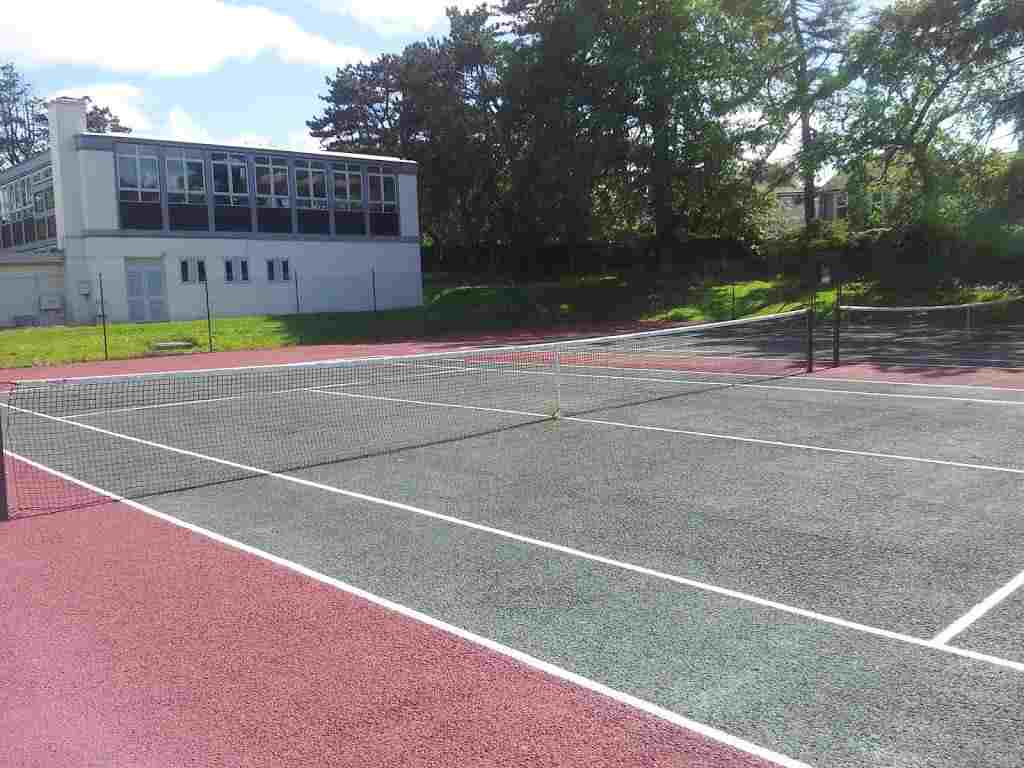 Теннисный корт на территории Mackdonald Language Academy, Waterford