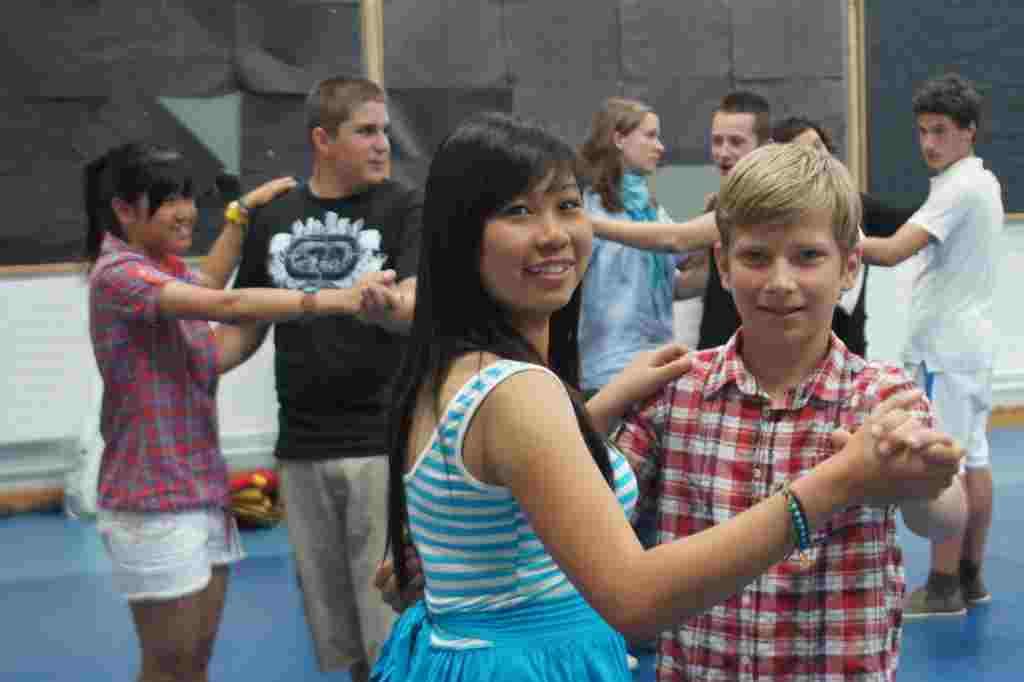 Танцы в школе Студенты во время урока Mackdonald Language Academy, Waterford