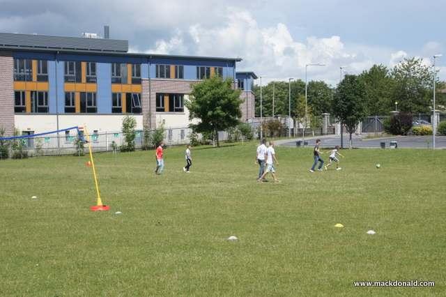Волейбольное поле в школе Mackdonald Language Academy, Waterford
