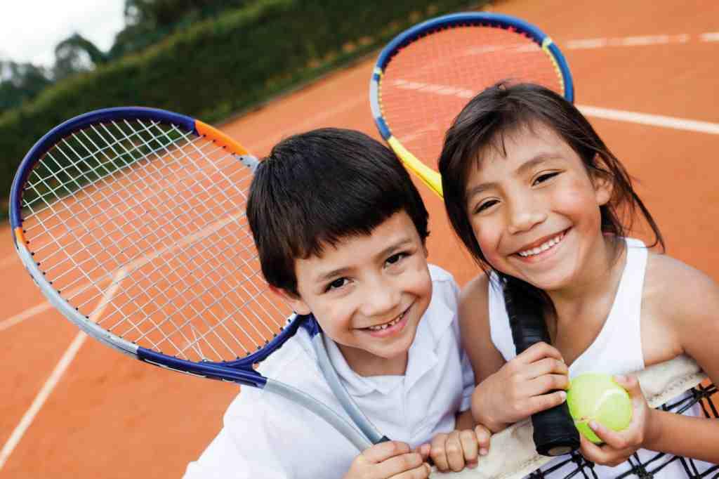 Дети играют в теннис в Oxford spires language school