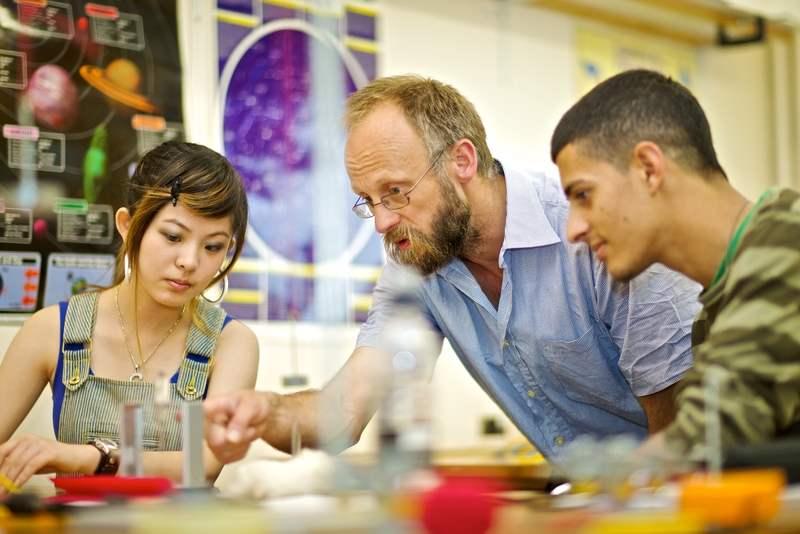 Студенты в научной лаборатории Kings Colleges, Oxford