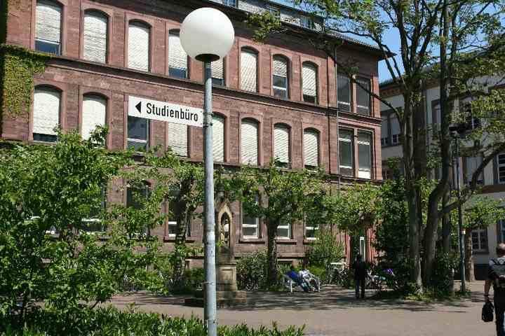 Вид из внутреннего двора на Karlsruhe Institute of Technology