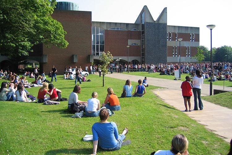 Студенты на кампусе University of Sussex