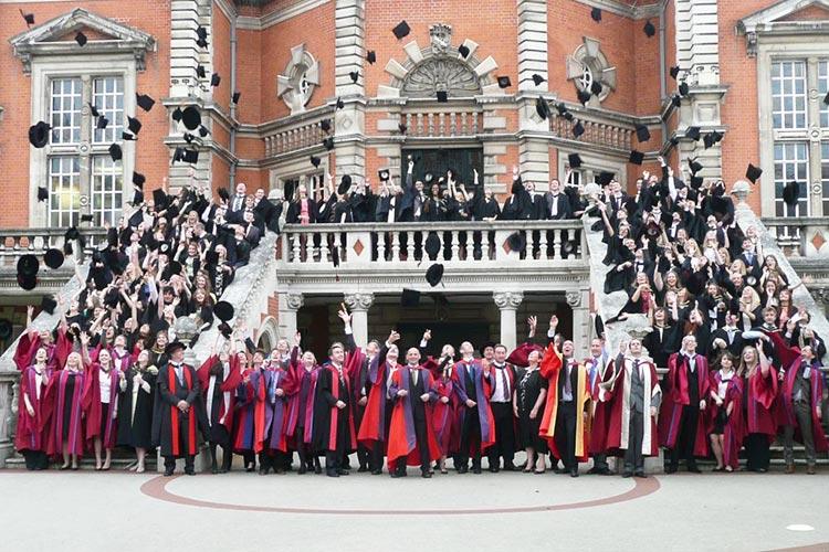 Награждение выпускников в Royal Holloway