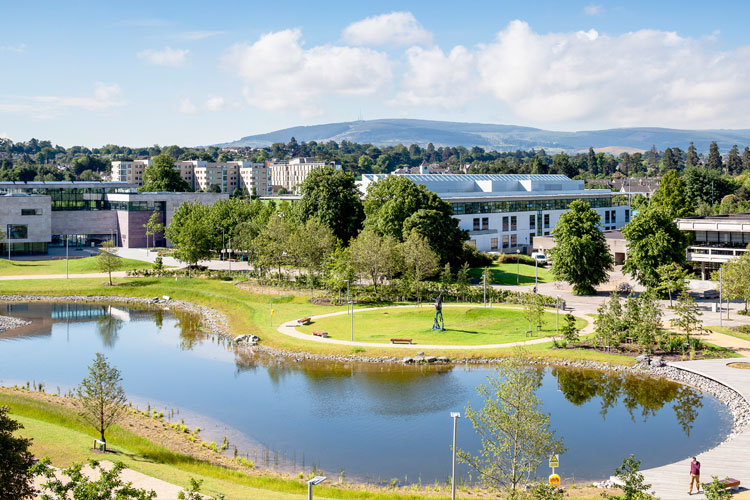 Пруд на кампусе University College Dublin