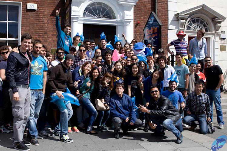 Студенты рядом с главным входом в Delfin English School, London